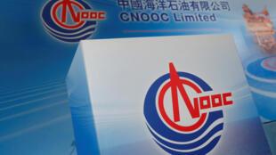 Ảnh minh họa : Logo tập đoàn dầu khí Trung Quốc CNOOC. Ảnh tháng 3/2017. CNOOC đã vận động nguồn tài trợ và lôi kéo Trung Quốc dấn thân sâu rộng hơn vào Biển Đông cách đây một thập kỷ.