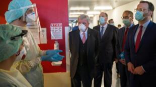 O Ministro da Saúde alemão Jens Spahn, e outros responsáveis do governo visitam uma unidade de terapia intensiva Lena Mueller no Hospital Universitário de Giessen e Marburg, em Giessen, Alemanha, no dia 14/04/2020.