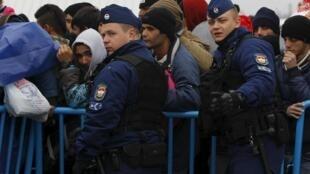 匈牙利警方接待经马其顿抵达的难民