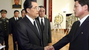 Chủ tịch Trung Quốc đến viếng Kim Jong Il tại sứ quán Bắc Triều Tiên ở Bắc Kinh.