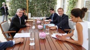 Thomas Bach (g.) et Emmanuel Macron à l'Élysée, le 8 juillet 2020.