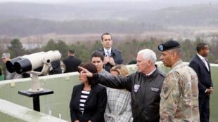 Phó tổng thống Mỹ Mike Pence tại vùng phi quân sự chia cắt bán đảo Triều Tiên ở Bàn Môn Điếm, ngày 17/04/2017.