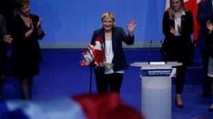 На съезде Нацфронта в Лилле Марин Ле Пен предложила переименовать партию в «Национальное объединение».