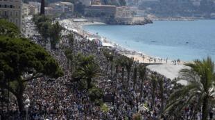 Milhares de franceses fizeram um minuto de silêncio em Nice