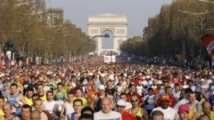 Largada dos corredores da Maratona de Paris de 2010, na avenida Champs Elysées.