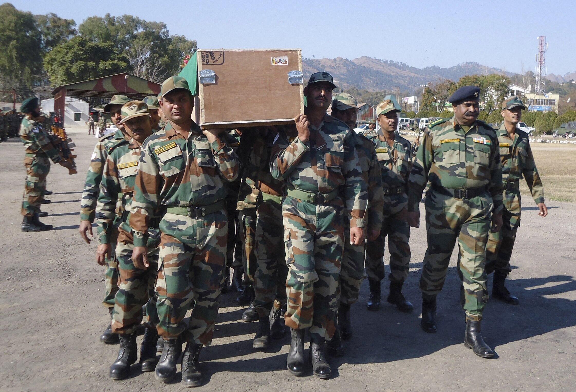 Des soldats indiens portent le cercueil contenant le corps d'un de leur camarade, tué le 8 janvier non loin de la frontière pakistanaise.