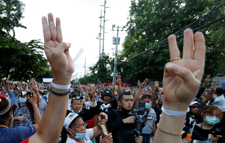 Les manifestants se rassemblent devant le Parlement pour demander la démission du Premier ministre et des réformes de la monarchie, le 24 septembre 2020.