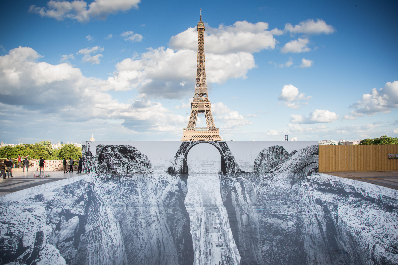 Арт-инсталляция художника и фотографа JR на площади Трокадеро — напротив Эйфелевой башни. Оптическая иллюзия.