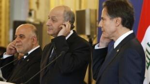 Премьер-министр Ирака Хайдер Аль-Абади, министр иностранных дел Франции Лоран Фабиус и первый заместитель госсекретаря США Энтони Блинкен на заседании членов антиджихадистской коалиции, Париж, 2 июня 2015.