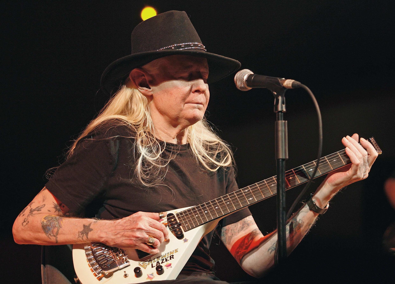 Johnny Winter, cantor e guitarrista de blues, morre aos 70 anos.