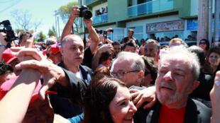 Chegada tumultuada de Lula no Sul do Brasil é relatada pela correspondente do jornal francês Le Monde