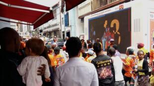 Depuis le 8 octobre, les caravanes des candidats défilent dans les rues étroites de la capitale. Ici, celle du candidat Andry Rajoelina. Ecrans géants mobiles, camions par dizaines, foule compacte de partisans, distribution de casquettes, t-shirts...