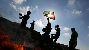 Des Palestiniens jetant des pierres en direction des troupes israéliennes, près de la frontière entre Israël et la bande de Gaza, le 2 juin 2017. (Photo d'illustration).