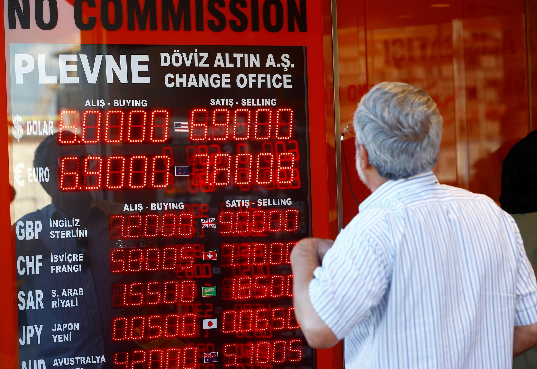 Un homme regarde le tableau dans un bureau de change à Istanbul, le 13 août 2018.