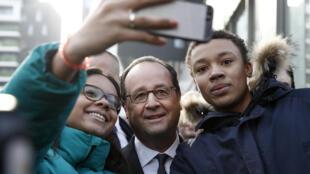 François Hollande n'a pas échappé à la mode des selfies durant son quinquennat.