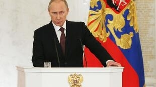 O presidente Vladimir Putin discursa no Kremlin antes de assinar o Tratado de integração da Crimeia à Rússia.