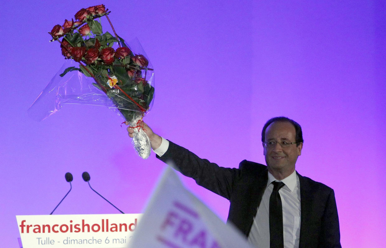 François Hollande à Tulle, en Corrèze, vient saluer la foule peu après que le verdict des urnes soit tombé. Il est le nouveau président de la France, le 6 mai 2012.