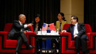 Thống đống California, J.Brow (T) và bộ trưởng Khoa Học - Công Nghệ Trung Quốc Vạn Cương (Wan Gang) tại Bắc Kinh ngày 06/06/2017.