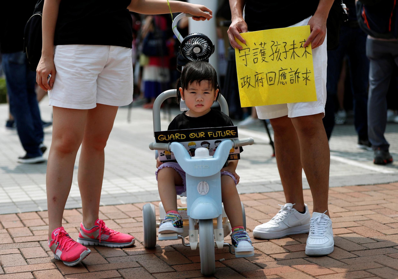 """Участники семейной акции в Гонконге """"Сохраним будущее наших детей"""", 10 августа 2019 г."""