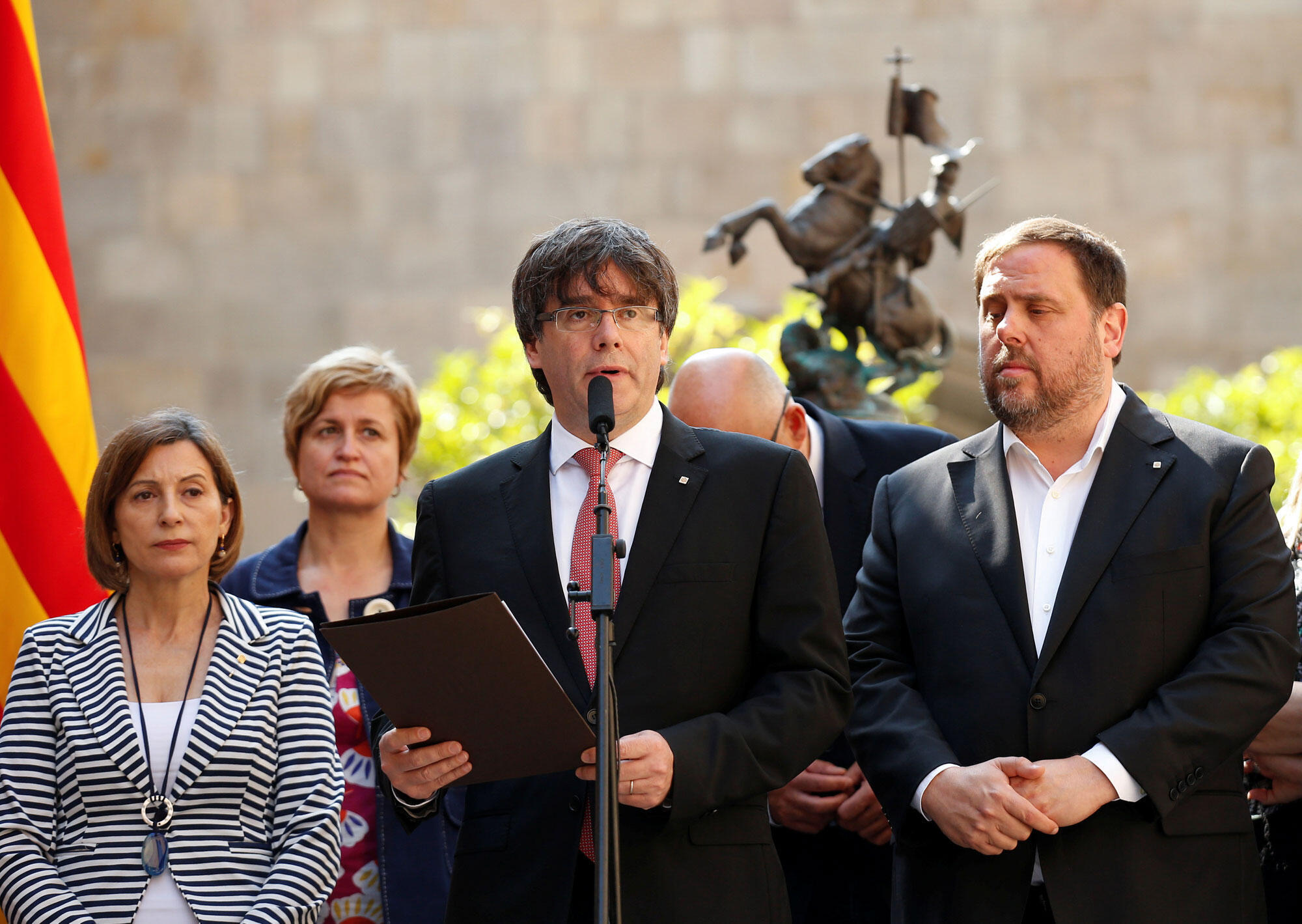 Carles Puigdemont, rais wa mamlaka ya Catalonia (katikati), wakati wa kutangazwa lkura ya maoni ya kujitawala. Barcelona, 9 Juni 2017.