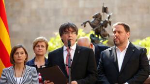 Carles Puigdemont, président de l'autorité catalane (au centre), lors de l'annonce d'un référendum. Barcelone, le 9 juin 2017.