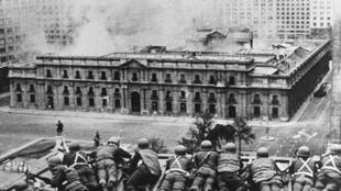 El Palacio de La Moneda bombardeado, el 11 de septiembre de 1973.