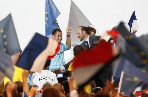 Le Premier ministre Edouard Philippe (c) entouré de militants, lors de la convention, le samedi 8 juillet 2017 à Paris de LREM.