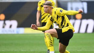 Erling Haaland conduce el balón durante el partido liguero entre el Borussia Dortmund y el Eintracht de Fráncfort disputado el 3 de abril de 2021 en la ciudad alemana de Dortmund