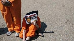 Manifestante protesta contra Guantánamo em frente à Casa Branca.