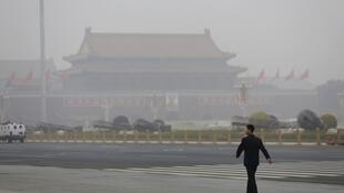 霧霾中的天安門廣場2014年10月24日北京