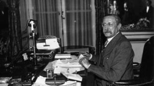 Le président du Conseil des ministres du Front populaire, le socialiste Léon Blum, au micro en 1936.