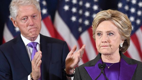Hillary et Bill Clinton, le 9 novembre 2016 à New York, au lendemain de la défaite de l'ex-First Lady contre Donald Trump.