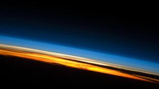 Felix Baumgartner s'est jeté dans le vide depuis la stratosphère. Sur cette photo prise de la Station spatiale internationale, la stratosphère est la ligne blanche.