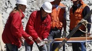 Le ministre chilien des Mines, Laurence Golborne, participant au lancement des travaux pour libérer les 33 mineurs, le 29 août 2010.
