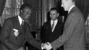 L'ambassadeur du Dahomey en France, Emile Zinsou (à gauche), serre la main du ministre des Affaires étrangères, Maurice Couve de Murville, au cours d'une cérémonie au Quai d'Orsay le 08 mars 1962 à Paris.