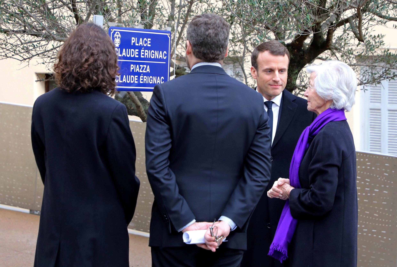 Presidente Macron com a família Erignac durante homenagem ao marido e pai, Claude Erignac, governador da Córsega, assassinado a 6 de fevereiro de 1998