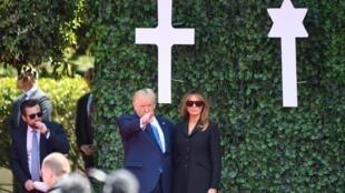 """دونالد ترامپ، رئیس جمهوری آمریکا و همسرش ملانیا، در در گورستان آمریکائی """"کُولویل- سور- مِر"""" در نرماندی. پنجشنبه ۱۶ خرداد/ ۶ ژوئن ٢٠۱٩»"""