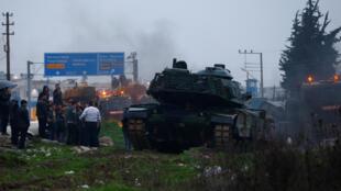 Convoi militaire turc photographié dans la ville de Reyhanli près de la frontière syrienne, le 17 janvier 2018.