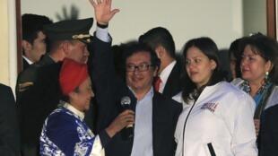 Gustavo Petro saluda a sus partidarios antes de pronunciar un discurso, el pasado 10 de diciembre en Bogotá.