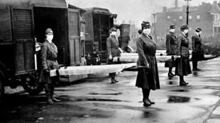 Des membres de la Croix-Rouge dans le Missouri portant des masques lors de l'épidémie de grippe espagnole, en octobre 1918