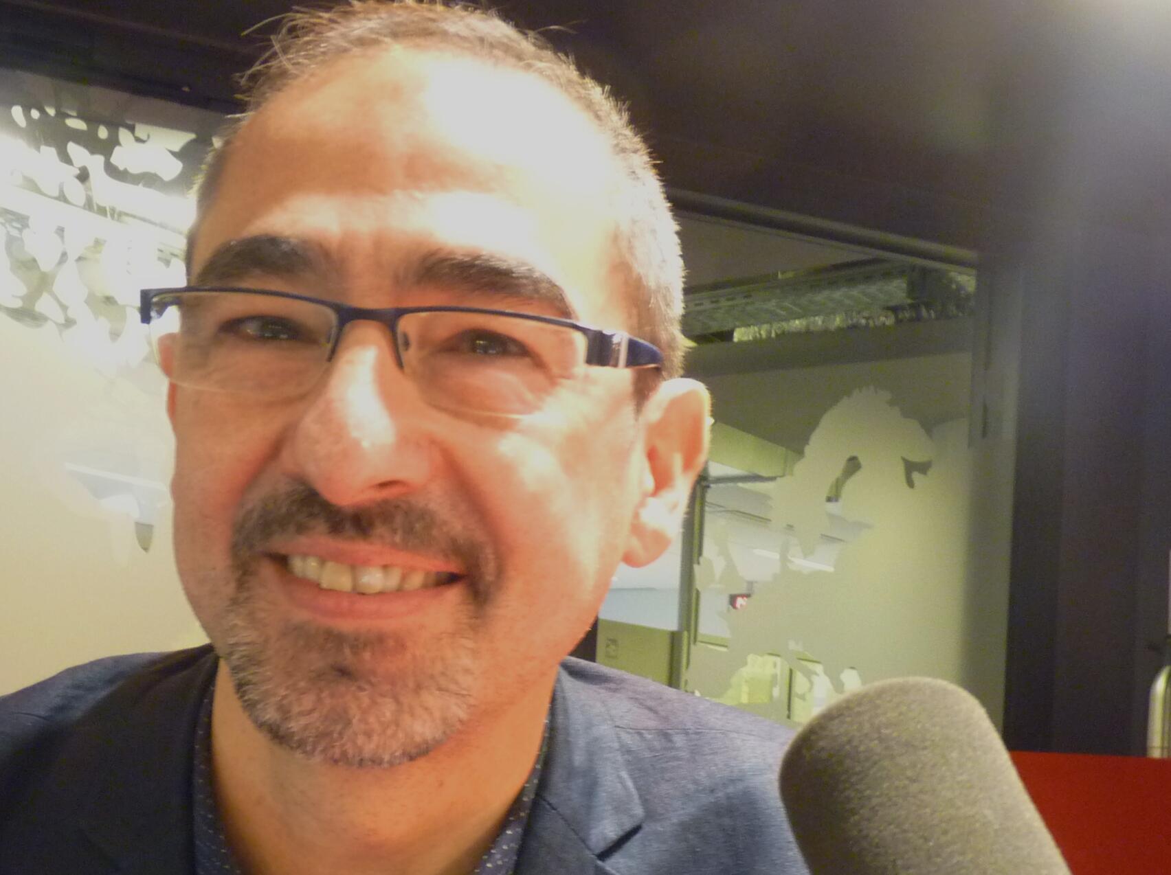 El guitarrista franco-argentino Pablo Márquez en los estudios de RFI