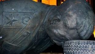 Демонтированная статуя Иосифа Сталина в Гори
