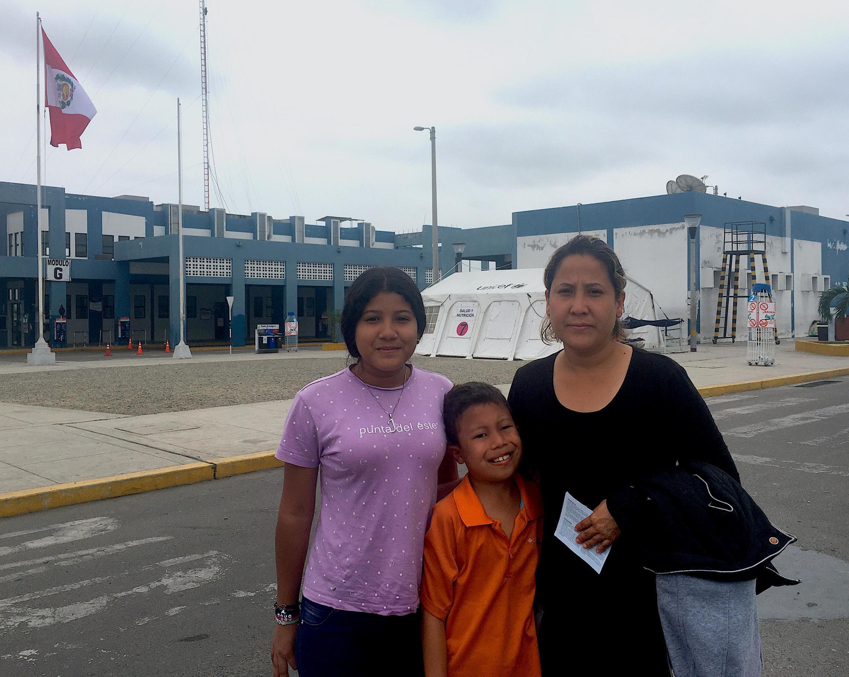 Gabriela Villamizar junto a dos de sus hijos. El menor sufrió dos parálisis faciales producto del estrés, su hermanita de seis años con hepatitis C descansa en una de las carpas junto a su abuela. Todos tienen visa humanitaria de Perú.