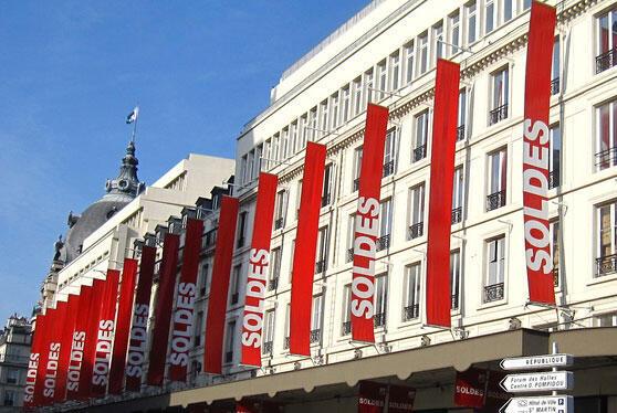 Faixas anunciam promoções em galeria parisiense