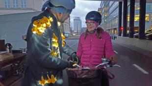 Une association de cyclistes finlandais distribue gratuitement des lampes aux cyclistes qui empruntent l'une des deux autoroutes à vélo d'Helsinki