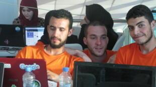 Amrouche Faouzi (à droite) et son équipe participent à un «hackathon», un concours d'innovation numérique, à Alger le 27 juin 2018.