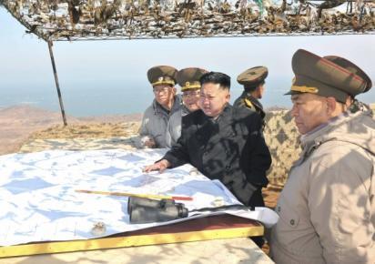 Lãnh đạo Bắc Triều Tiên Kim Jong Un (giữa) thăm một đơn vị quân đội. Ảnh do hãng thông tấn Bắc Triều Tiên KCNA công bố ngày 10/03/2012.