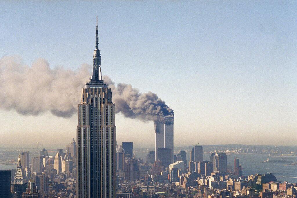 អាគារភ្លោះ World Trade Center កំពុងឆេះសន្ទៅ ក្រោយយន្តហោះរបស់ភេរវជនហោះបំបុក នៅថ្ងៃទី១១កញ្ញា ២០០១