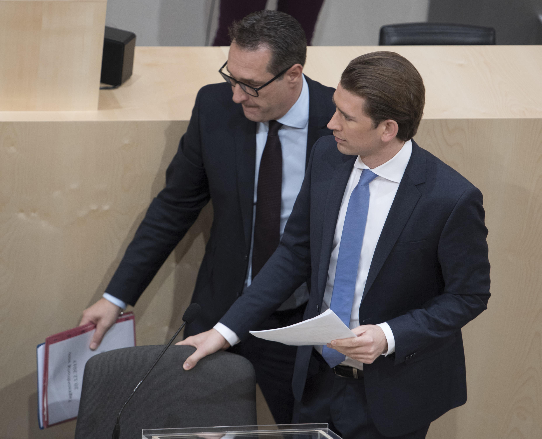 700 personnalités du monde du cinéma autrichien lancent l'initiative Klapp Auf contre le jeune chancelier conservateur autrichien Sebastian Kurz (ÖVP) au premier plan.