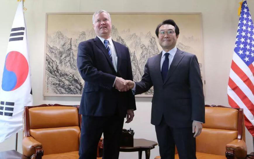 美国对朝特别代表比根与韩国外交部半岛和平交涉本部部长李度勋资料图片